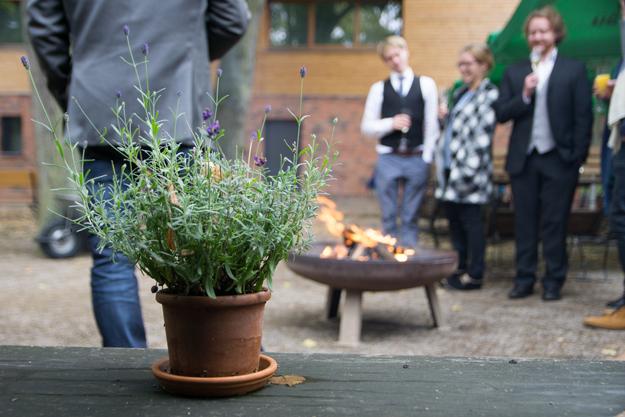Im Innenhof unseres Tagungshotel Berlin Brandenburg gibt es eine Feuerstelle und Kochstation.
